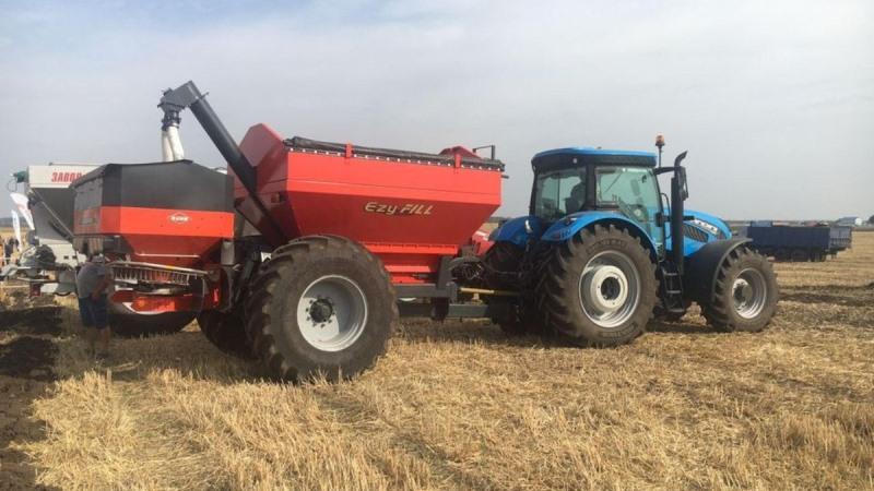 Трактор Landini Dual Power 7-220 у роботі з розкидачем міндобрив Kuhn Axis 40.2 M-EMC